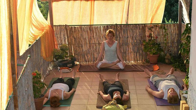 Din yogal�rare och v�rdinna